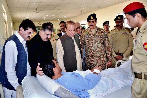 APP98-08 QUETTA: August 08 - Prime Minister Muhammad Nawaz Sharif alongwith COAS General Raheel Sharif, Governor Baluchistan Muhammad Khan Achakzai, Chief Minister Baluchistan Nawab Sanaullah Zahri inquiring about the health of an injured person of Quetta incident. APP