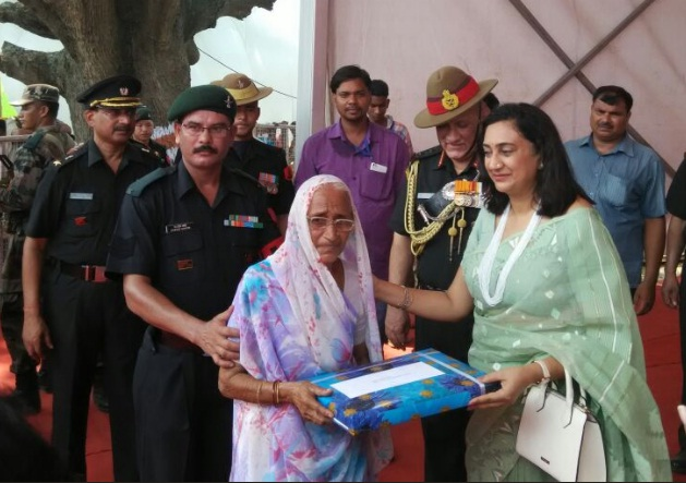army chief with widow of veer abdul hamid