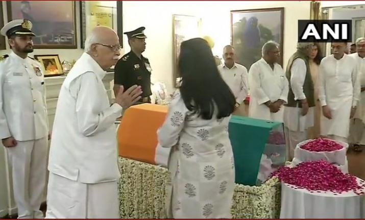 advani pay homage to at atal