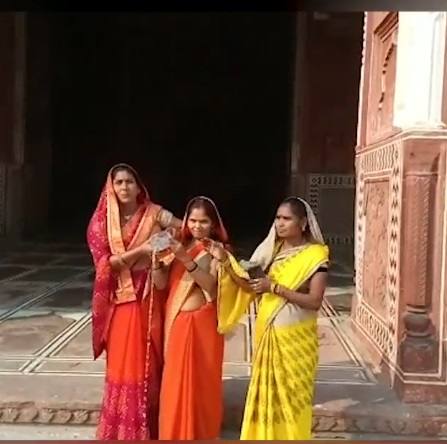 Right Wing Women enter mosque at Taj Mahal, perform puja